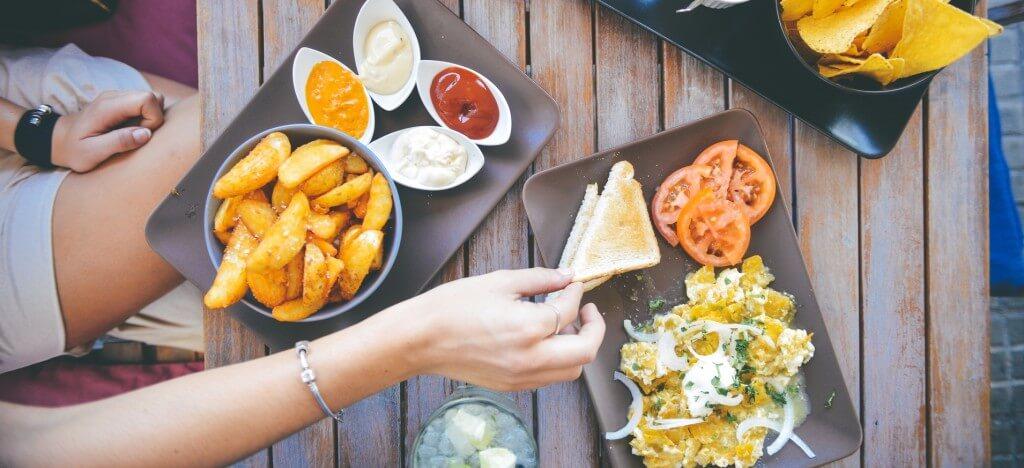 Comer en el lugar de trabajo disminuye la productividad.