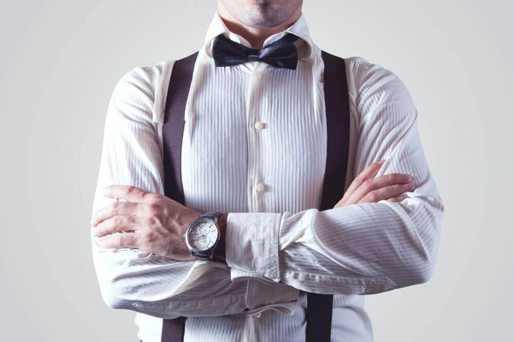 Hombre con camisa y pajarita, listo para negociar