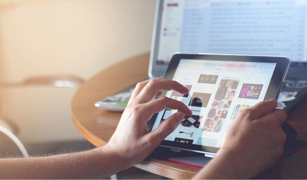Una persona navega por un comercio electrónico en su tablet